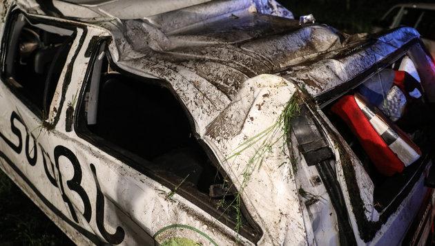 Der Disco-Bus wurde bei den Überschlägen eingedrückt, alle neuen Insassen wurden leicht verletzt (Bild: laumat.at/Matthias Lauber)