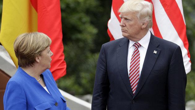 """Angela Merkel und Donald Trump diskutierten über """"Ungleichgewichte"""" bei Exporten. (Bild: AP)"""
