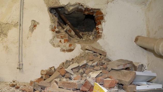 Ungehört stemmten Einbrecher ein Loch in die Wand zum Juwelierladen mitten in Wels. (Bild: laumat.at)