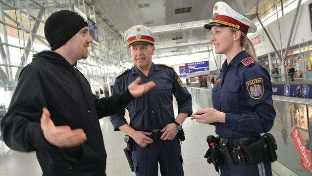 Die Polizei kontrolliert am Linzer Hauptbahnhof verstärkt - die Politik fordert weitere Maßnahmen (Bild: Johann Haginger)