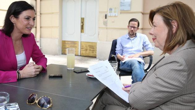 Bischofberger im Gespräch mit Köstinger, im Hintergrund Köstingers Pressesprecher Jochen Prüller (Bild: Kronen Zeitung/Erwin Jannes)