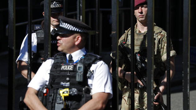 Weiterhin sichern Tausende Polizisten und Soldaten wichtige Gebäude des Landes und Großevents. (Bild: AFP)
