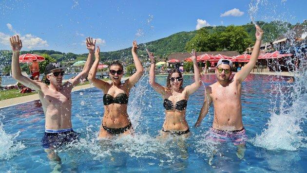 Im Solarbad von Altmünster kühlten sich Ivana, Antonella, Marvin und Dominik herrlich ab. (Bild: Marion Hörmandinger)