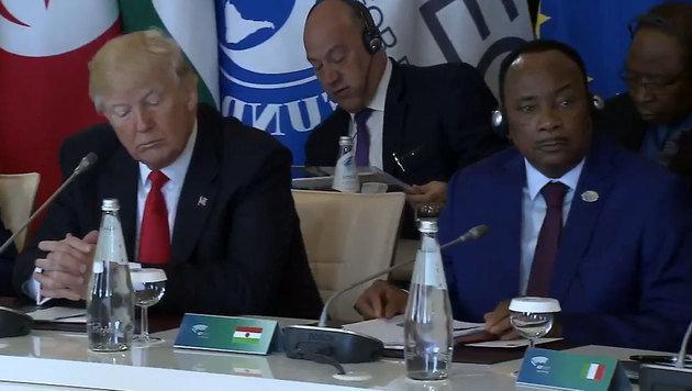 Alle haben Kopfhörer auf, nur Trump nicht. (Bild: twitter.com)