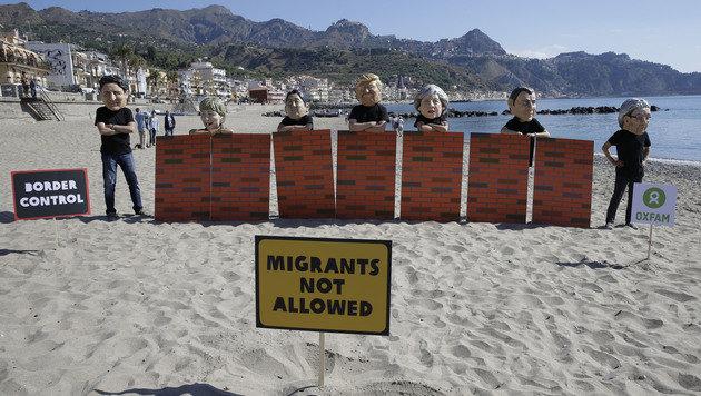 Oxfam-Aktivisten protestieren gegen Untätigkeit der G7 in der Flüchtlingskrise. (Bild: AP)