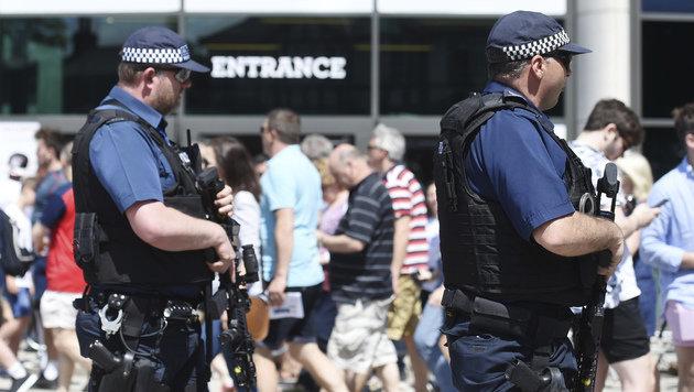 Schwer bewaffnete Polizisten vor einem Rugby-Stadion in London (Bild: AP)
