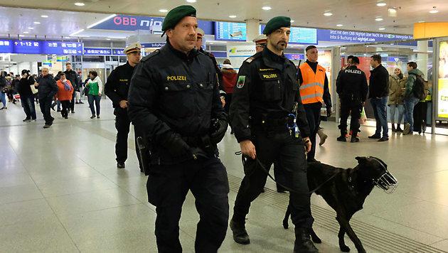 Patrouillen allein machen den Linzer Hauptbahnhof offenbar nicht wesentlich sicherer (Bild: Horst Einöder)