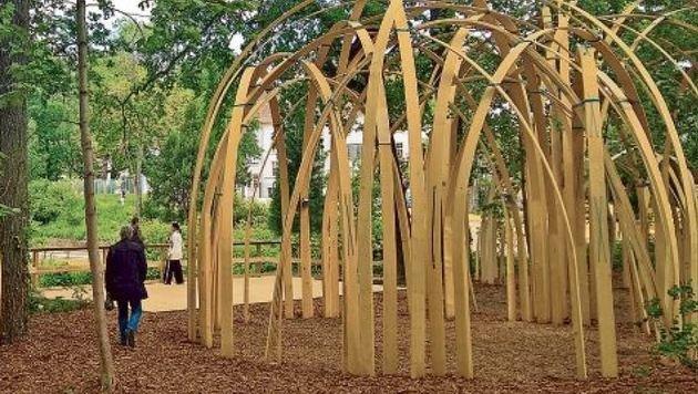 Frei für Interpretationen: Aus Lamellen wurden Sakralräume als offene Kuppeln errichtet. (Bild: Max Grill)