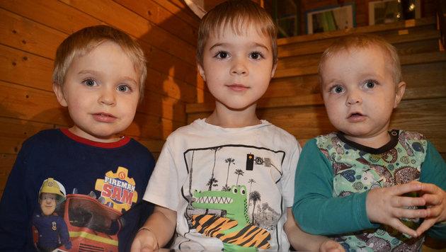 Maxi (li.) mit seinen beiden Brüdern: Der Dreijährige braucht dringend einen Stammzellenspender (Bild: Claudia Fulterer)