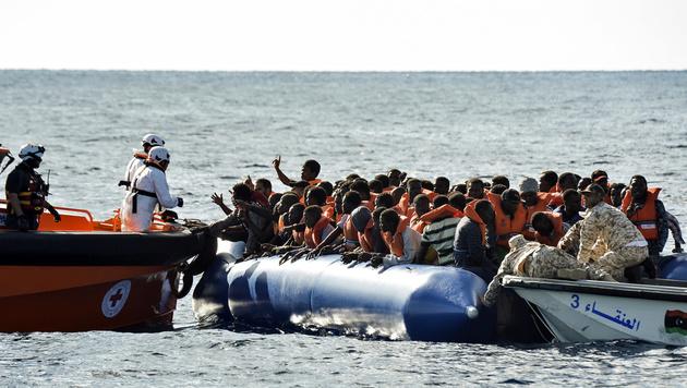 Rettungsaktion für Flüchtlinge (Bild: ANDREAS SOLARO/AFP)