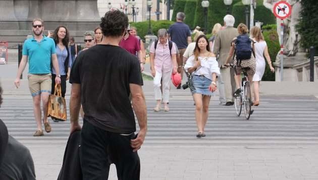 Jude Law (von hinten) in der Wiener Innenstadt (Bild: Starpix/A. Tuma/SPY)