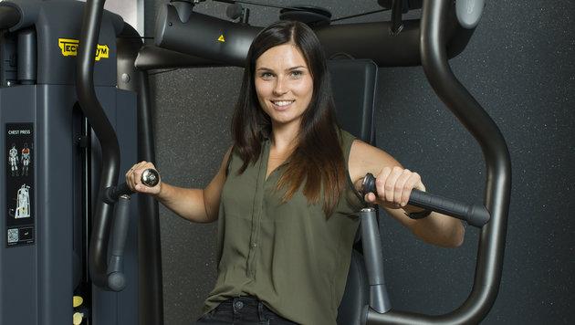 """Skistar Anna Veith testete ein Fitnessgerät von """"Technogym"""" in Leonding. (Bild: The Fitnesscompany)"""