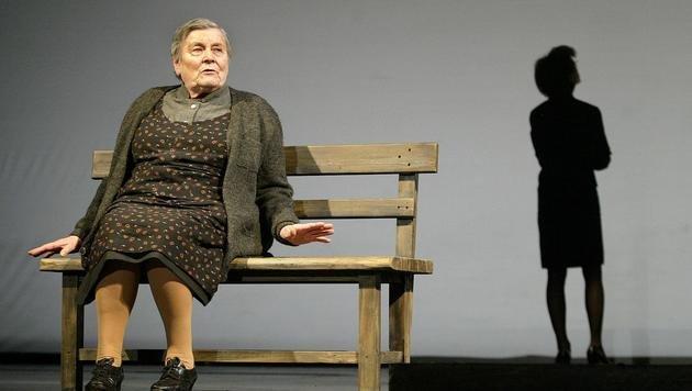 """Sochor als Bäuerin im Stück """"Späte Gegend"""" im Jahr 2003. (Bild: APA/GUENTER R.ARTINGER)"""