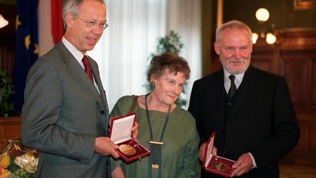 """Im Mai 2000 erhielt Sochor """"Die Ehrenmedaille der Bundeshauptstadt Wien in Gold"""". (Bild: APA/TECHT Hans Klaus)"""