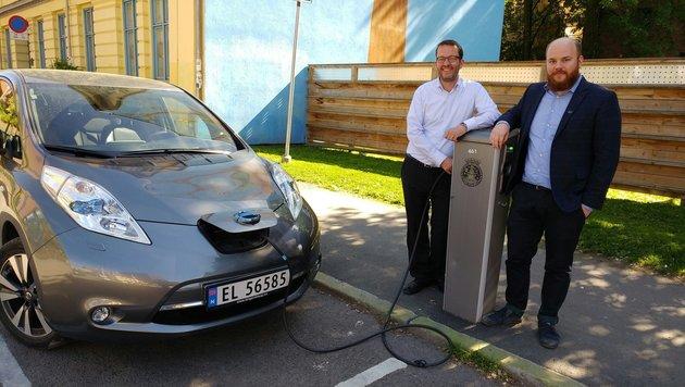 Petter Haugneland (li.) und Erik Lorentzen stecken ein E-Car an einer der Ladestationen in Oslo an. (Bild: Jasmin Gaderer)