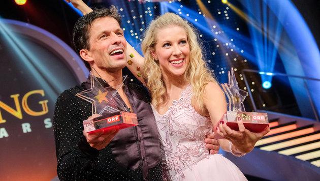 Martin Ferdiny und Maria Santner mit ihren Siegerpokalen. (Bild: ORF)