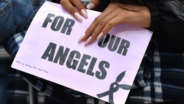 """""""Für unsere Engel"""" steht auf den Plakaten, die viele Fans mitgebracht haben. (Bild: AFP or licensors)"""