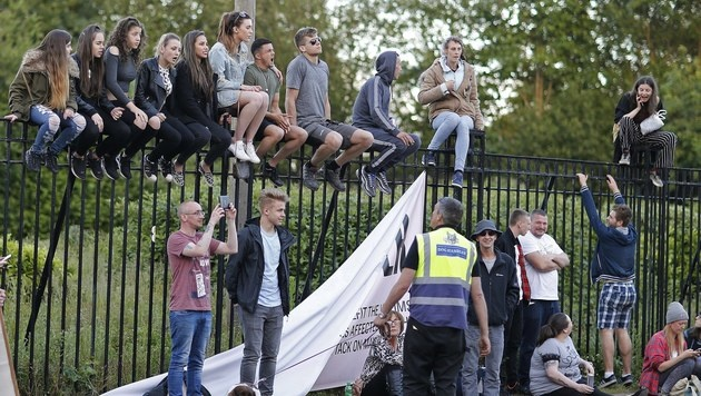 Jugendliche versuchen einen Blick auf die Bühne zu erhaschen. (Bild: EPA)