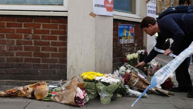 Familienmitglieder und Freunde der Todesopfer von Manchester hinterlassen Blumen und Botschaften. (Bild: AFP or licensors)