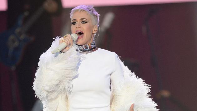 Katy Perry tritt ganz in weiß auf. (Bild: AP)