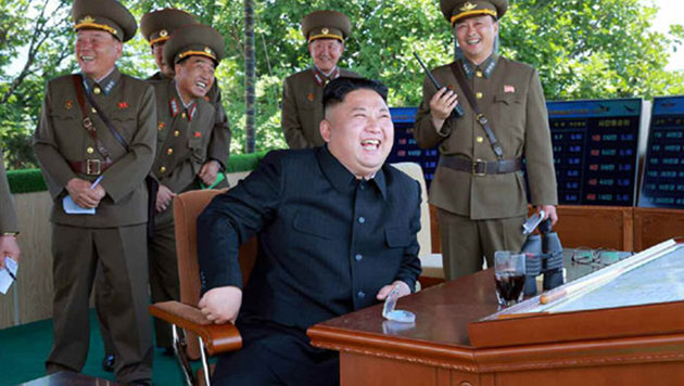 Macht seiner Armee zaubert Kim Lächeln ins Gesicht (Bild: www.rodong.rep.kp)