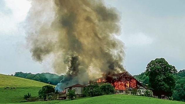 Das Wirtschaftsgebäude des Bauernhofes stand in Flammen. Es brannte vollständig ab. (Bild: Markus Tschepp)