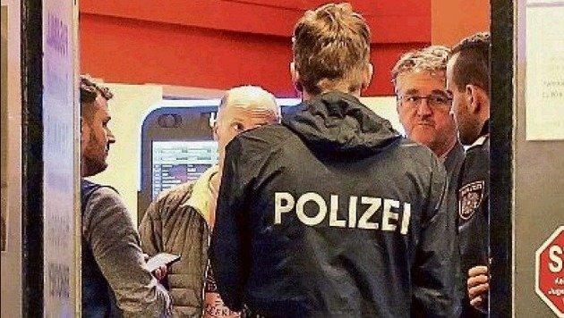 Die Polizei kurz nach dem Überfall am Tatort. (Bild: Markus Tschepp)