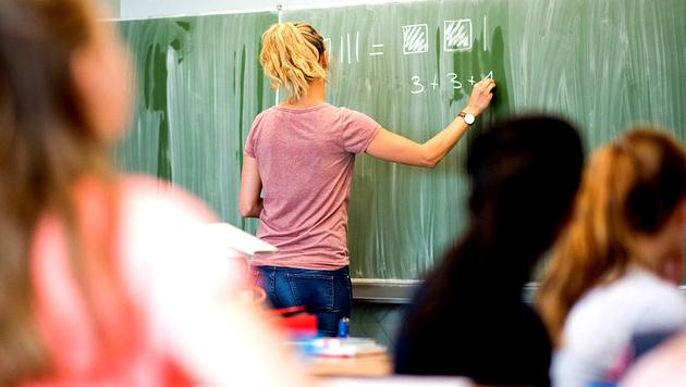 Unsere Lehrer sind zu selten im Klassenzimmer (Bild: APA/dpa/Julian Stratenschulte)