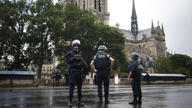 Polizei stoppt Hammer-Angreifer vor Notre-Dame (Bild: AP)
