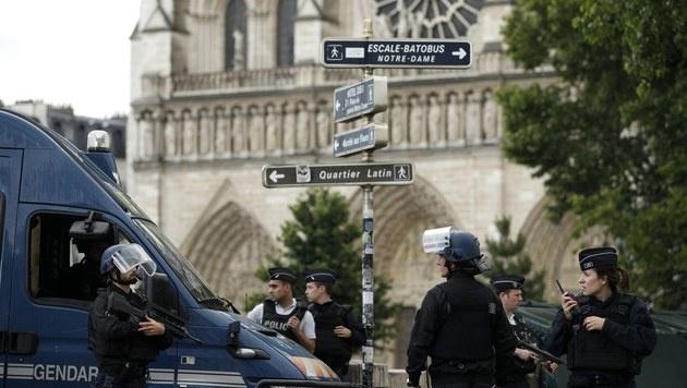 Polizei stoppt Hammer-Angreifer vor Notre-Dame (Bild: EPA)