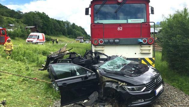 Der Triebwagen schleifte den Pkw mindestens 250 Meter mit (Bild: FF Piesendorf)