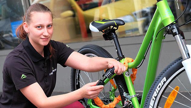 Vanessa Pickl, Verkäuferin bei Radsport Brückl, rät zu hochwertigen Absperrvorrichtungen (Bild: Horst Einöder)