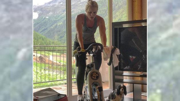 Ski-Star Lindsey Vonn tritt in die Pedale und ihre Hündin Lucy weicht ihr nicht von der Seite. (Bild: instagram.com)