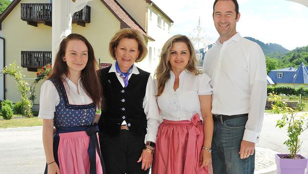 Vera, Stella und Mario Pulker flankierten Königin Sonja von Norwegen. (Bild: Franz Crepaz)
