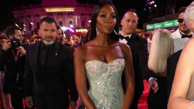 Naomi Campbell huschte mit Entourage über den roten Teppich. (Bild: Starpix/Alexander TUMA)