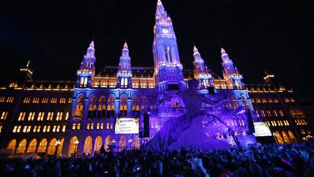 Das Rathaus war am Samstagabend wieder hell erleuchtet. (Bild: APA/GEORG HOCHMUTH)