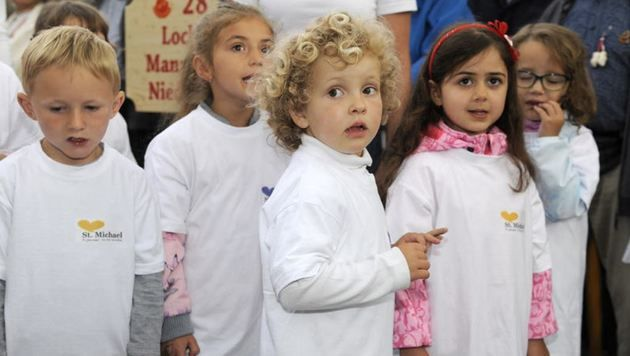 """Die Kids aus dem örtlichen Kindergarten sangen das """"St. Michael Lied"""". Dafür gab""""s tosenden Applaus. (Bild: Roland Holitzky)"""