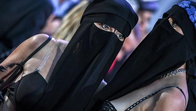 Frauen in Burkas demonstrierten für Frauenrechte. (Bild: EPA)