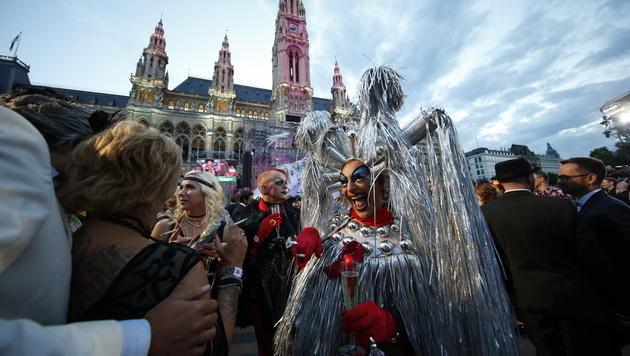 Partypeople vor dem Rathaus (Bild: Klemens Groh)