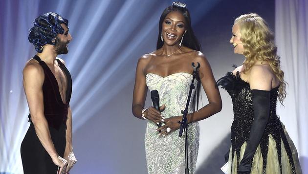 Naomi Campbell mit Conchita und Verena Scheitz auf der Bühne (Bild: APA/HANS PUNZ)