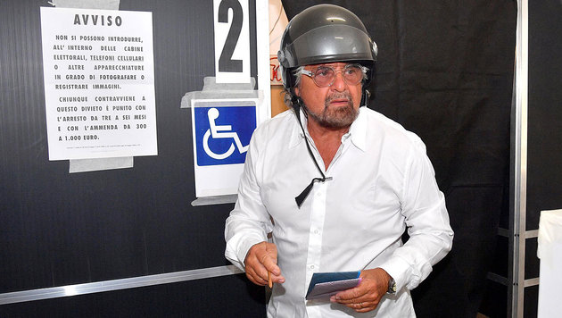 Beppo Grillo kurz vor der Stimmabgabe (Bild: AP/ANSA)
