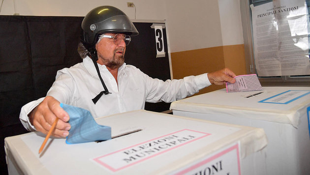 Beppe Grillo bei der Stimmabgabe in Genua (Bild: AP/ANSA)