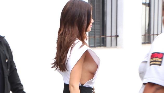 Selena Gomez ließ bei diesem Outfit sehr tief blicken. (Bild: Viennareport)