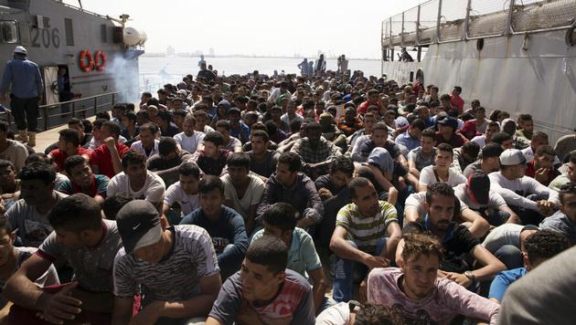 Aufgegriffene Migranten im Hafen der libyschen Hauptstadt Tripolis (Bild: AP)