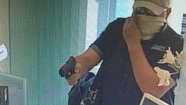 Dieser Räuber überfiel Montagfrüh die VKB-Filiale in Linz-Kleinmünchen und konnte entkommen (Bild: Polizei)