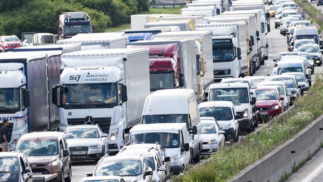 Nach einen Unfall mit zwei Lkw kam es auf der A 1 bei Linz zu einem Megastau. (Bild: FOTOKERSCHI.AT/KERSCHBAUMMAYR)