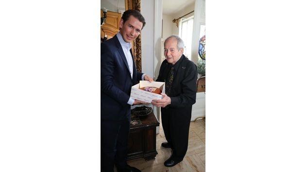 Sebastian Kurz brachte Otto Schenk zum 87er Torte mit. (Bild: KRISTIAN BISSUTI)
