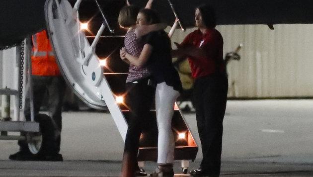 Tränen am Flughafen (Bild: AP)