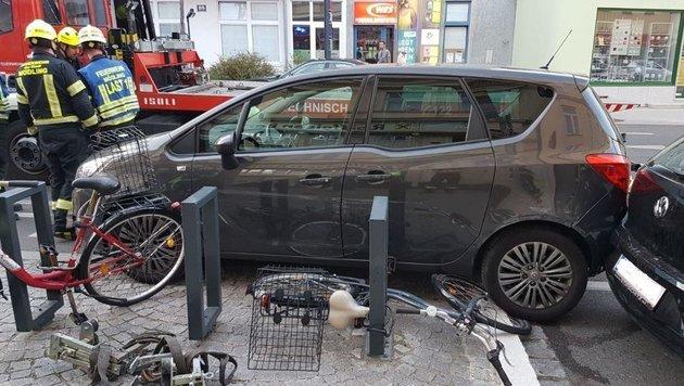 Erst ein Fahrradständer setzte der Irrfahrt des führerlosen Pkw ein abruptes Ende. (Bild: FF Mödling)
