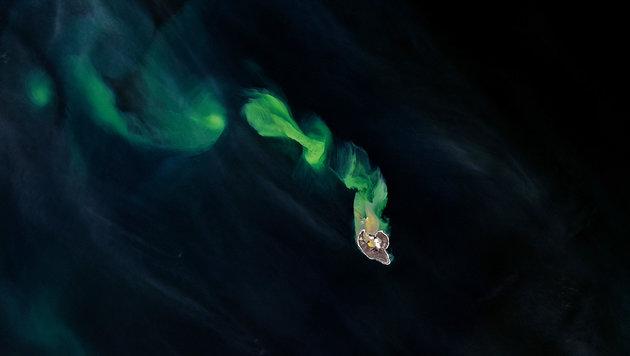 Satellit fotografiert Vulkanasche in Beringsee (Bild: NASA Earth Observatory/Joshua Stevens)